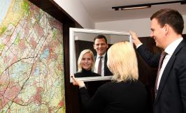 In de spiegel: Jeanet van der Laan en Gerard Mostert