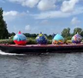 Warmond ontmoet De Bollenstreek: reuzenbollen op het water