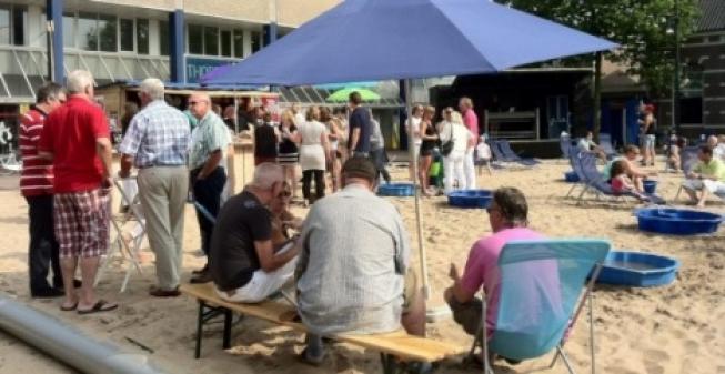 Druk bezochte strandborrel Alphens.nl