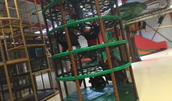 groep vluchtelingkinderen bezoeken indoorspeeltuin KidsZoo in Noordwijkerhout