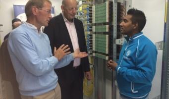 Wethouder Kees van Velzen neemt kijkje in glasvezelwijkcentrale